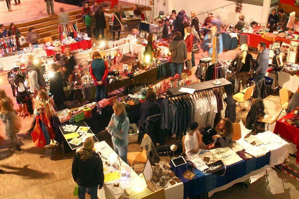 Der Novembermarkt in der Blote Vogel Schule in Witten ist immer wieder ein willkommener Anlass, nicht nur kleine Weihnachtseinkäufe zu tätigen, sondern sich auch in der Gemeinschaft zu treffen.
