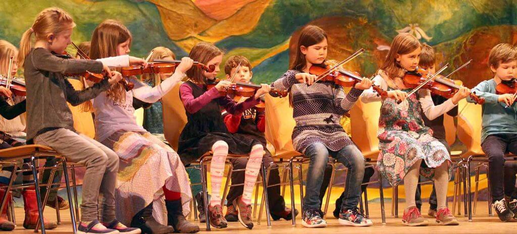 Musik spielt eine große Rolle an der Blote Vogel Schule Witten. Von der Streicherklasse über das Mittelstufenorchester bis zum Schulchor. Wir machen Musik über die gesamte Schulzeit.